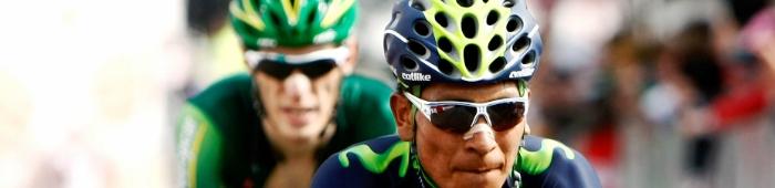 El ciclista Nairo Quintana en su bicicleta con gafas y casco
