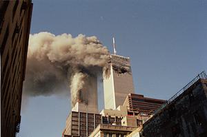 Las torres gemelas con humo durante los atentados del 11 de septiembre en Nueva York, Estados Unidos.