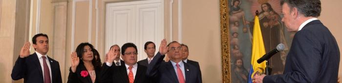 El presidente Juan Manuel Santos de espaldas tomando juramento de 4 personas