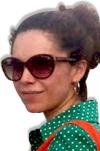 Diana Gonzalez, mujer con gafas oscuras y pelo ondulado recogido en una moña