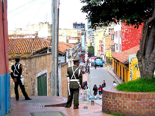 Oficiales de la policía en el centro de Bogotá.