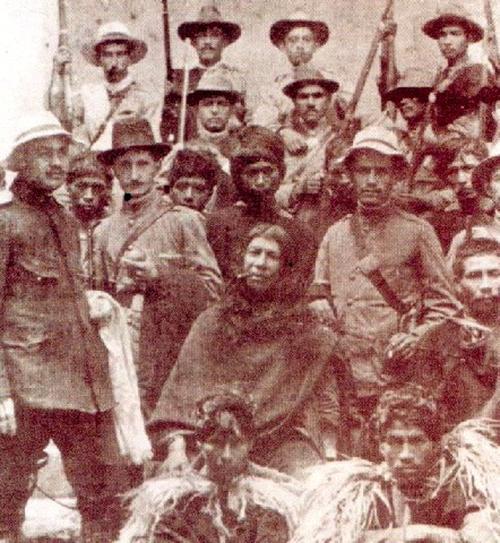 El líder Nasa Manuel Quintín Lame (al centro, fumando un puro).