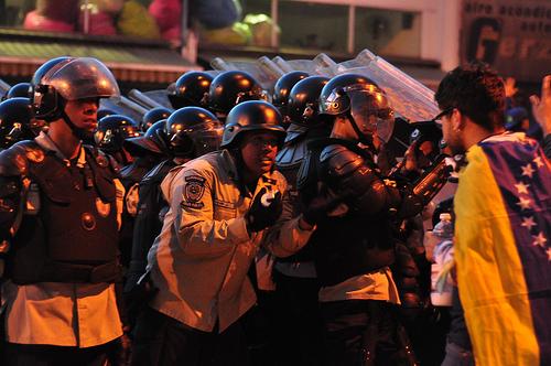 Manifestante confronta a las fuerzas de seguridad en protestas de oposición en Venezuela.
