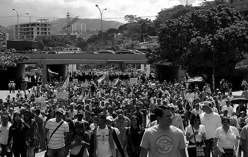 """Ciudadanos en la """"Marcha de las Ollas Vacías"""" contra el gobierno de Nicolás Maduro en la ciudad de Caracas."""