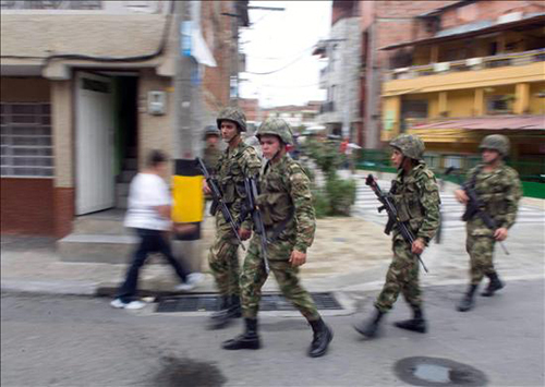 Soldados del ejército colombiano en una calle de Medellín.