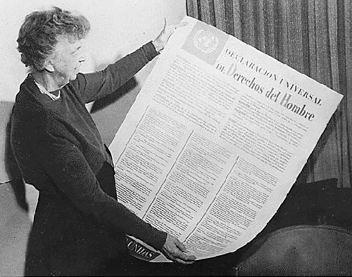 La exprimera dama estadounidense Eleanor Roosevelt sostiene una versión en español de la Declaración Universal de los Derechos del Humanos.