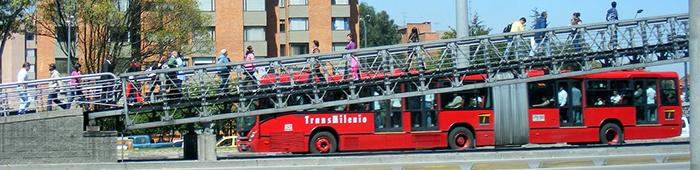 Bus de transmilenio transita por la Autopista Norte.