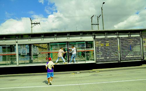 Colados en la estación de Patio Bonito de Transmilenio.