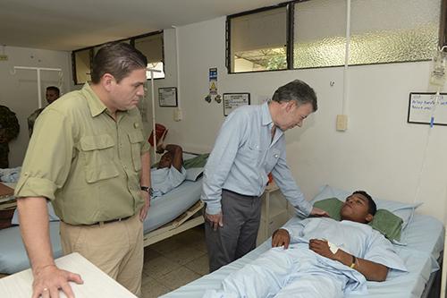 El Presidente Santos y el Mindefensa Carlos Pinzón visitan a los soldados heridos en el atentado en el departamento del Cauca.