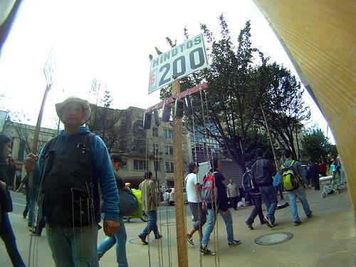 Vendedor de minutos a celular en el centro de Bogotá.