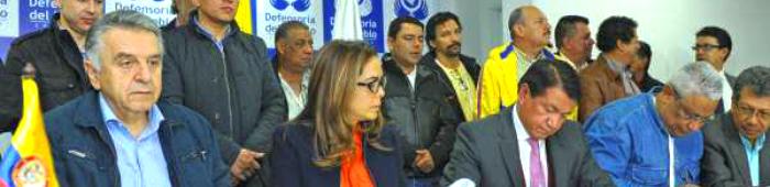 La Ministra de Educación Gina Parody, el Ministro de Trabajo Luis Eduardo Garzón y el Defensor del Pueblo Jorge Otálora, reunidos con los representantes de Fecode.
