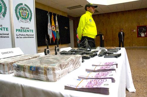 """Armamento, dinero y droga incautados durante el operativo de captura de alias """"La Máquina"""", vinculado a la banda criminal """"Los Urabeños""""."""