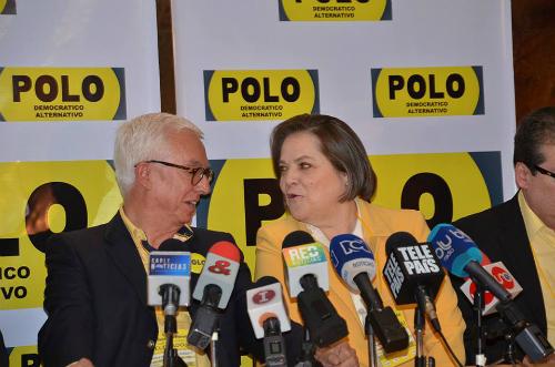 La candidata a la alcaldía de Bogotá Clara López, acompañada del Senador Jorge Robledo.