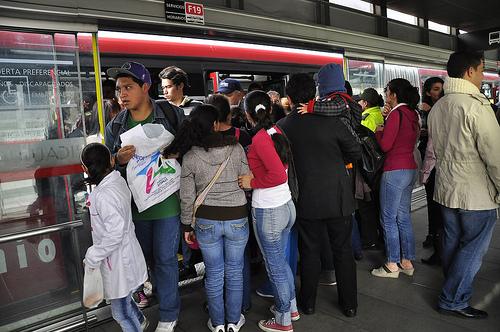 Congestión de usuarios en la estación Ricaurte de Transmilenio.