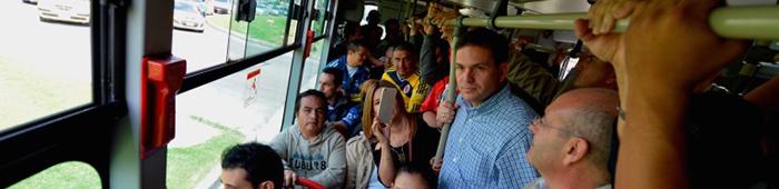 El Ministro de Defensa Juan Carlos Pinzón en su recorrido por Bogotá en Transmilenio.