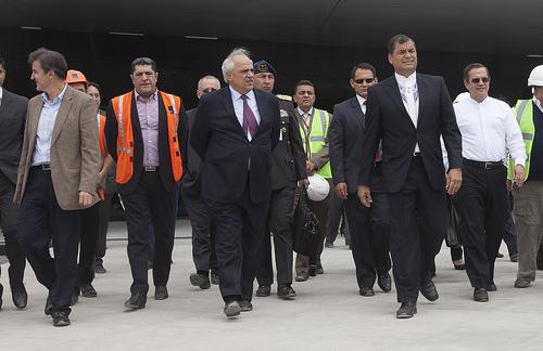 El Expresidente y actual Secretario General de UNASUR Ernesto Samper acompañado del Presidente ecuatoriano Rafael Correa .