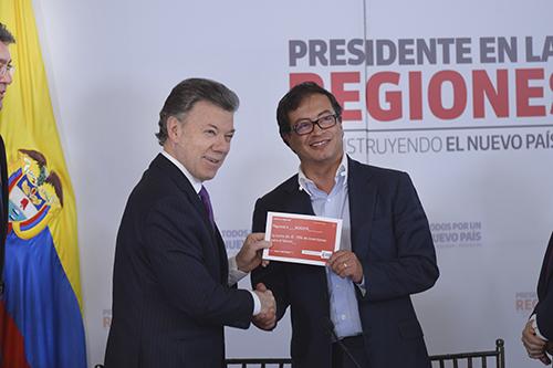 El Presidente Santos le entrega a la ciudad un cheque simbólico para la construcción del metro.