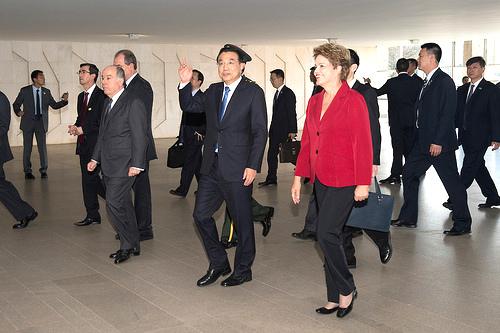 El Primer Ministro chino en su visita a Brasil, acompañado por la Presidenta Dilma Rousseff.