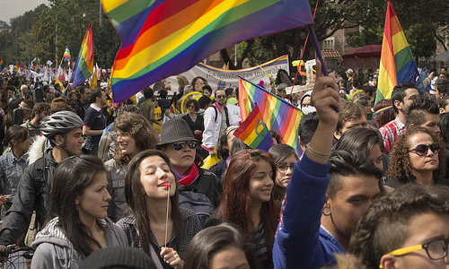 Jóvenes bogotanos participan en la marcha LGBTI.