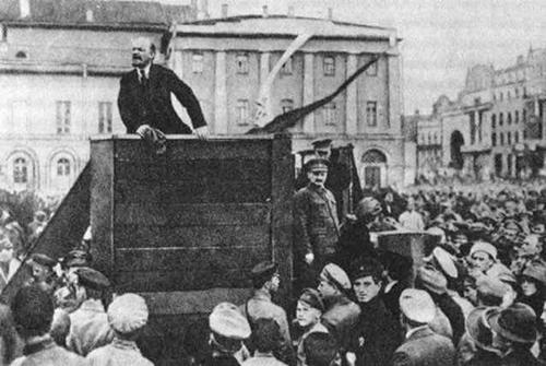 Vladimir Lenin acompañado de Leon Trotsky se dirige a la Asamblea de las Tropas Rojas en Moscú en 1920.
