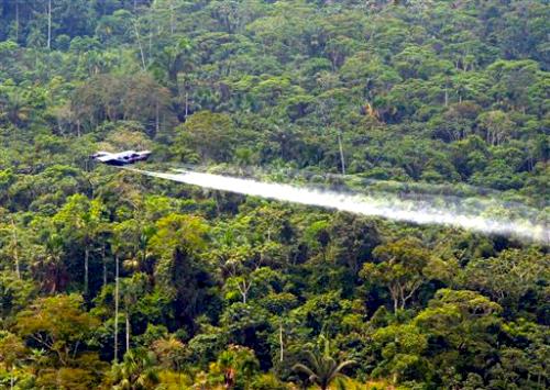 Aspersiones con glifosato sobre la selva colombiana.