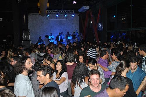 Noche de fiesta en un bar de Bogotá.