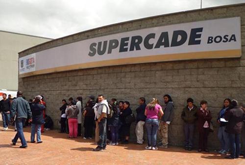 Fila de contribuyentes en el Supercade de Bosa en Bogotá.