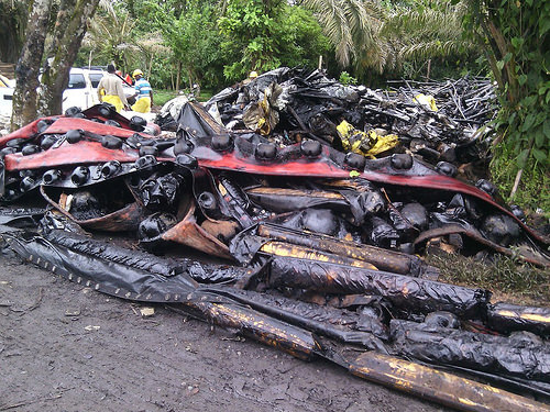 Residuos de la limpieza del río Mira, producto del atentado de las Farc que causó el desastre ambiental en Tumaco.