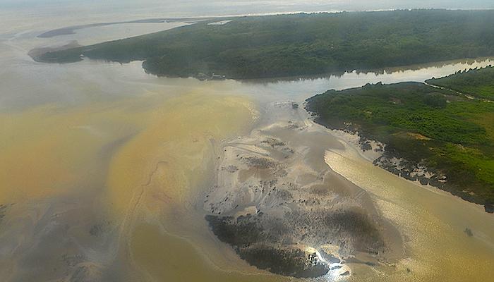 Mancha de petróleo en el río Mira ocasionada por el atentado guerrillero.