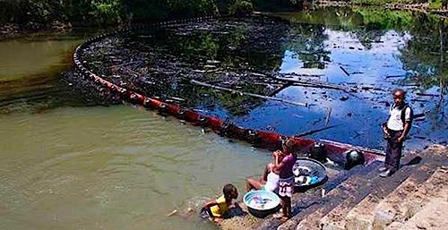 Habitantes de Tumaco afectados por el derrame de crudo en el río Mira.