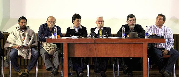 """Líderes agropecuarios reunidos con el senador Jorge Robledo en la audiencia pública """"El agro ya no aguanta libre comercio""""."""