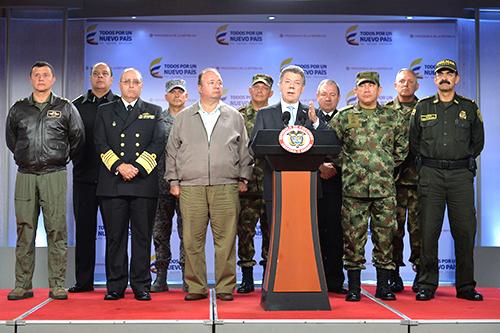 El Presidente Santos acompañado de la Cúpula Militar.