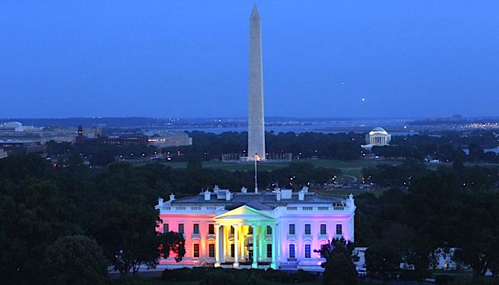 La Casa Blanca iluminada con los colores del arcoíris en celebración de la legalización del matrimonio homosexual.