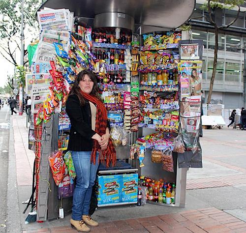 Vendedora informal en quiosco de ventas.