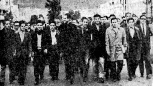 El Padre Camilo Torres rodeado de estudiantes.