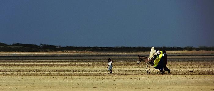 Indígenas Wayuu atraviesan el desierto guajiro.