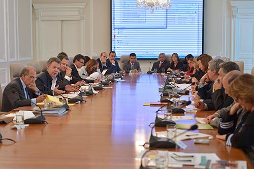 El Presidente Santos reunido con la delegación de paz y el gabinete ministerial.