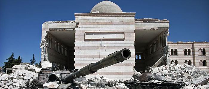 Tanques de guerra destruidos al frente de una mezquita en Azaz, Siria.
