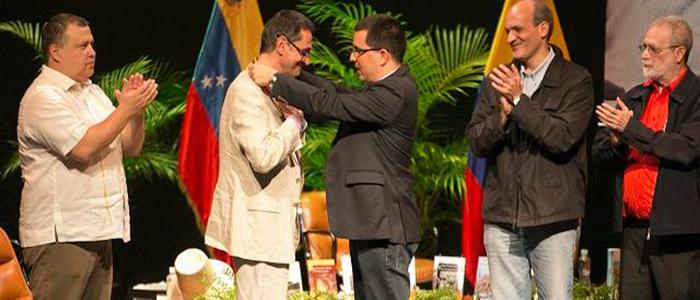 El escritor Pablo Montoya recibe el Premio Rómulo Gallegos en Caracas, Venezuela.