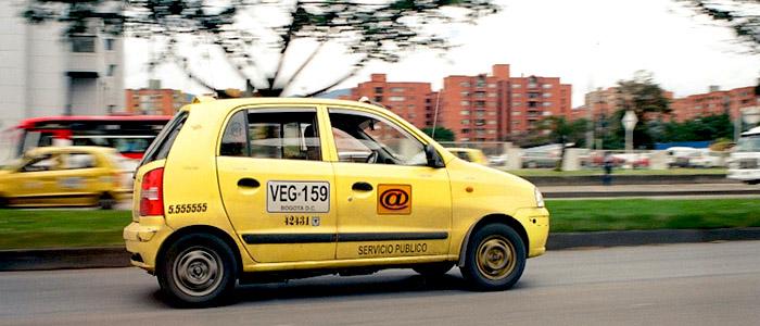 Taxi en la calle 26 al occidente de Bogotá.