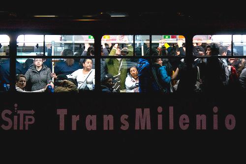 Usuarios de Transmilenio durante la hora pico de la tarde.
