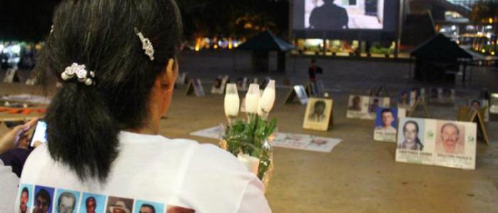 Familiares de las víctimas de desapariciones forzadas reunidas en el Parque de los Deseos de Medellín.