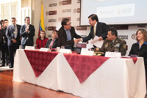 El Ministro del Interior Juan Fernando Cristo presenta una aplicación para reportar presuntos casos de trata de personas.