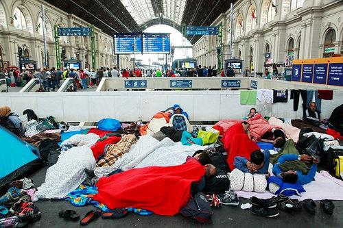 Refugiados sirios duermen en precarias condiciones en la estación de trenes Keleti, en Budapest.