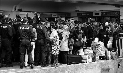 Fuerzas policiales custodian a refugiados sirios en Viena, Austria.
