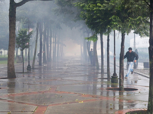 Gases lacrimógenos liberados por el ESMAD en la Sede Bogotá de la Universidad Nacional.
