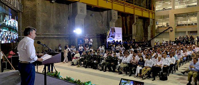 El Presidente Santos en una visita a la Represa de Sogamoso, proyecto insignia de Isagen.