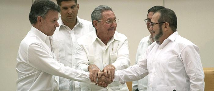 """El Presidente Santos y Timoleón Jiménez alias """"Timochenko"""", reunidos con el presidente cubano Raúl Castro."""
