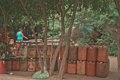 Venta de gasolina de contrabando en la ciudad fronteriza de San Cristóbal en Venezuela.