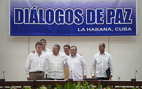 El Presidente Santos junto al Presidente cubano Raúl Castro y a Timoleón Jiménez.